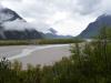 Breites Flussbett, wenig Wasser.