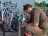 Supernetter Kerl, repariert mein Vorderrad und die Satteltasche