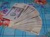 Der größte Geldschein ist 1000 Som. Er ist gerade mal 30 Cent wert. Auf dem Tisch liegen 80.000 Som = 24 Euro