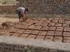 Herstellung der Ziegel aus Lehm und Stroh. Praktisch alle Häuser in den Dörfern werden damit gebaut. Ein sehr ökologischer Baustoff!