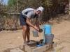An der Wasserzapfstelle eines Dorfes wäscht Alberto die Trauben, die wir von Soldaten geschenkt bekamen