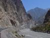 Schroffe Berge am Grenzfluss