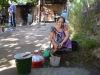 Essensvorbereitung am Bach, der direkt durch das Grundstück fließt.