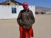 Die Dorfschullehrerin. Sie unterrichtet alle vier Klassen in allen Fächern. Das Kopftuch trägt sie nicht aus religiösen Gründen oder wegen des Staubes. Es dient als Sonnenschutz. Helle Haut gilt als fein.