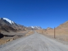 Fahrt zum Pass, die Luft so klar, dass die Berge zum Greifen nah erscheinen.