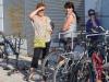 Feride, Natia und Natia bei der Fahrradwerkstatt
