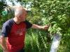Artush zeigt mir seinen Obstgarten