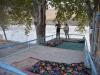 ... im Freien mit dem Restaurantbesitzer am Grenzfluss mit Blick auf Afghanistan.