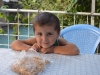 Mit dem Sohn der Familie teile ich meine getrockneten und gesalzenen Kichererbsen